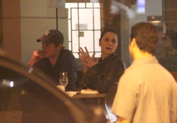 Giovanna Antonelli com o marido Leonardo Nogueira e amigos em restaurante no Rio (Foto: Fausto Candelária/ Ag. News)