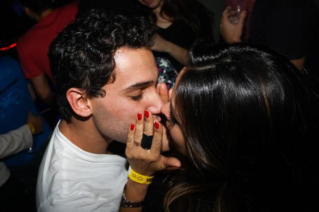 Rafael Almeida e a namorada Alinne Rosa em boate em São Paulo (Foto: Manuela Scarpa/ Photo Rio News)