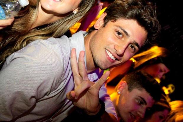 Daniel Rocha, o Ronquito de 'Avenida Brasil', no show do Trio Ternura (Foto: Cláudio Soares/Divulgação)
