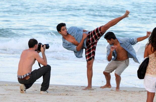 Família Simas joga capoeira na praia do Arpoador, no Rio (Foto: André Freitas / AgNews)