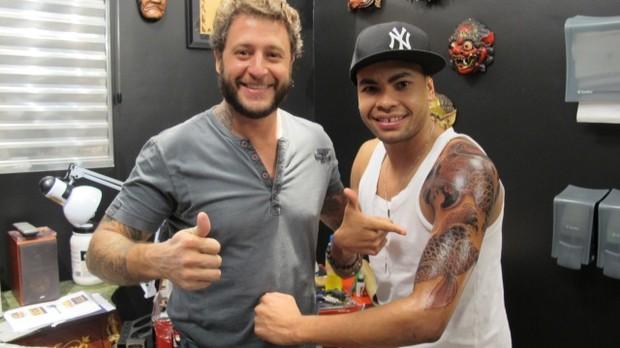 Dentinho faz tatuagem (Foto: Roberto Rodrigues/Talentmix)