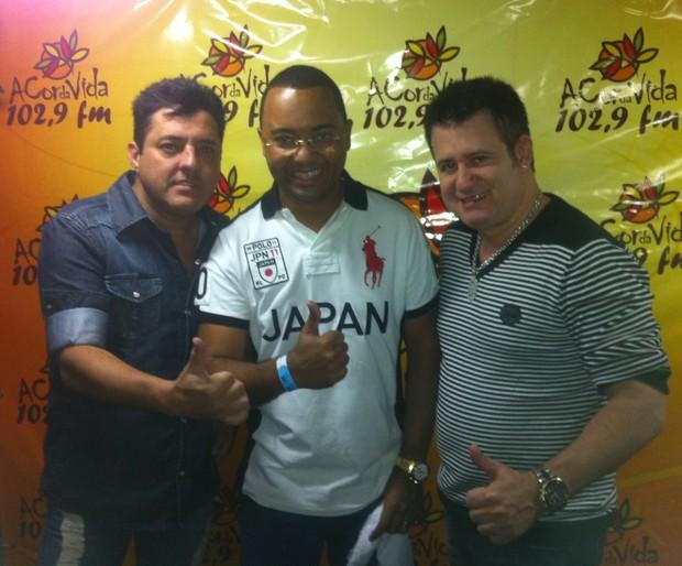 Dudu Nobre posa com Bruno e Marrone (Foto: Divulgação/Divulgação)