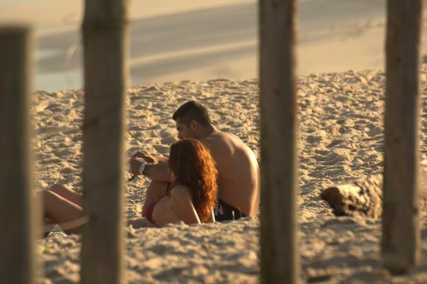 Yuri com uma ruiva na praia do Recreio, no Rio (Foto: Leom Denis/Photorionews)