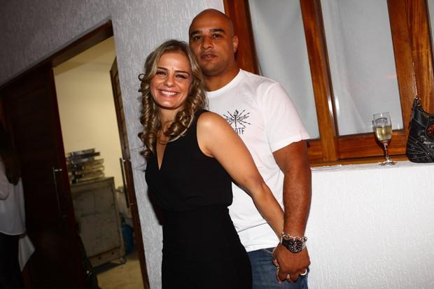 Com novo namorado, Milene Domingues prestigia filho como DJ