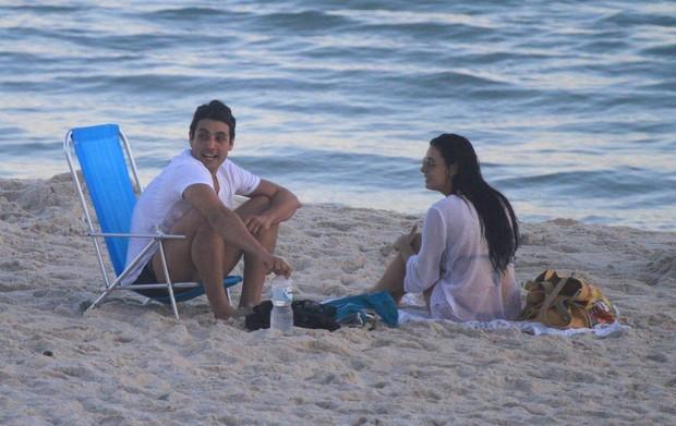 Isis Valverde e Bruno de Luca curtem praia no Rio (Foto: Dilson Silva / AgNews)