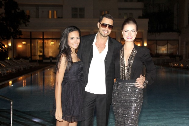 Latino com a namorada Rayanne Moraes e a filha em lançamento de seu DVD no Rio (Foto: Isac Luz/ EGO)