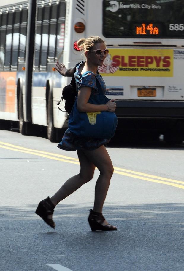 Scarlett Johansson corre para o meio da rua para pegar táxi e quase mostra demais (Foto: Brainpix)