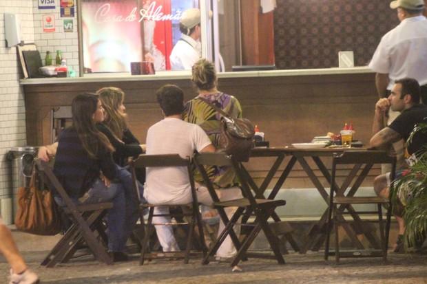Bruno Gagliasso e Giovanna Ewbank com amigos em restaurante no Rio (Foto: Fausto Candelária/ Ag. News)