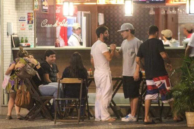 Bruno Gagliasso e Thiago Martins com amigos em restaurante no Rio (Foto: Fausto Candelária/ Ag. News)