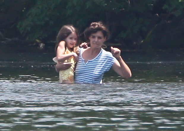Katie Holmes com a filha Suri Cruise na cidade de Kent, em Connecticut, nos Estados Unidos (Foto: Grosby Group/ Ag&#234;ncia)