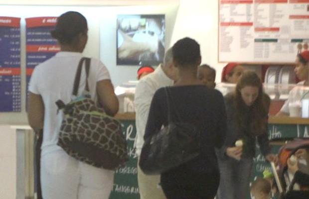 Taís Araújo passeia com o filho e a babá no shopping (Foto: Marcello Sá Barreto / Photo Rio News)