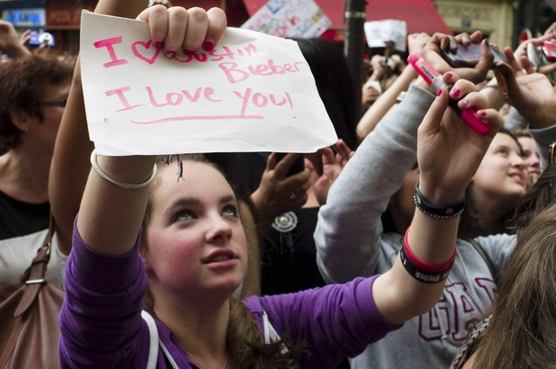 Fãs de Justin Bieber em Paris (Foto: Agência/ Reuters)