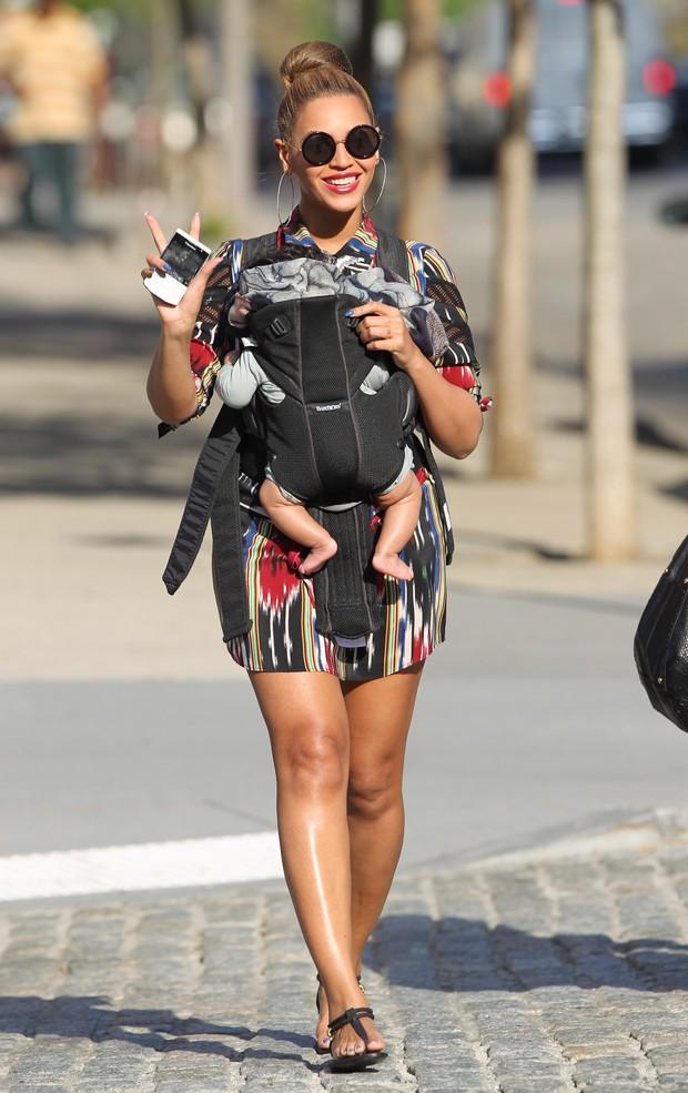 Beyoncé passeia, toda sorridente, com a filha Blue Ivy (Foto: X17)