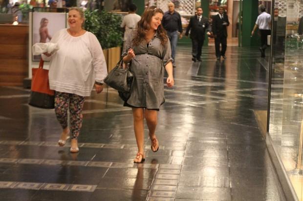 Grávida, Bianca Castanho com a mãe em shopping no Rio (Foto: Daniel Delmiro/ Ag. News)
