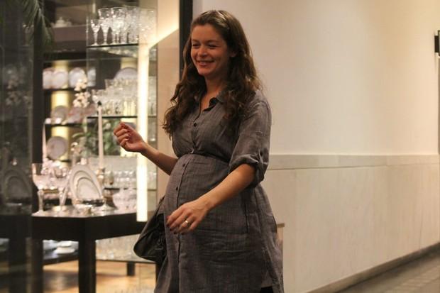Grávida, Bianca Castanho em shopping no Rio (Foto: Daniel Delmiro/ Ag. News)