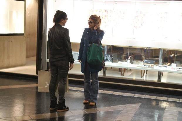 Giovanna Antonelli e Carolina Dieckmann em shopping do Rio (Foto: Daniel Delmiro / AgNews)