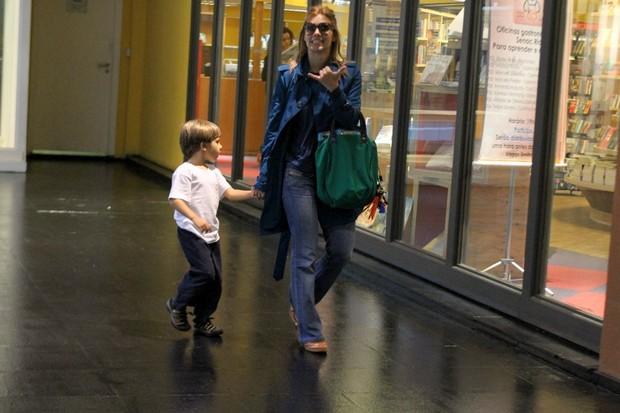 Carolina Dieckmann com o filho no shopping (Foto: Daniel Delmiro / AgNews)