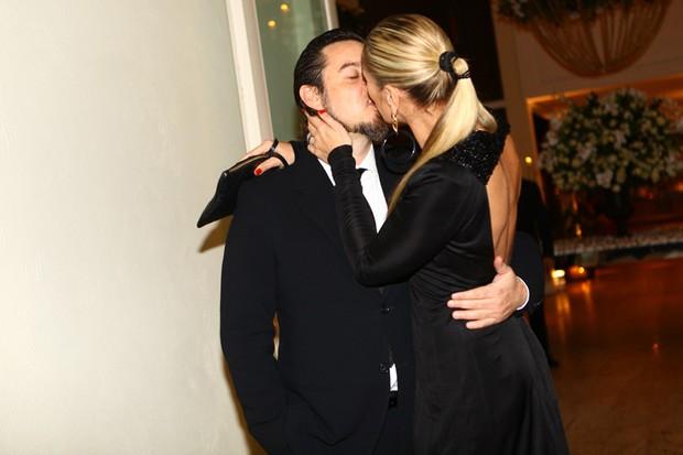 Adriane Galisteu e o marido Alexandre Iódice no casamento de Mirella e Ceará (Foto: Iwi Onodera / EGO)