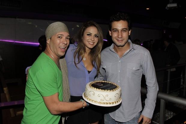 Rafael Almeida com Alinne Rosa e o promoter David Santiago (Foto: Isac Luz/EGO)
