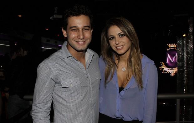 Rafael Almeida e Alinne Rosa no aniversário dele em boate no Rio (Foto: Isac Luz/ EGO)