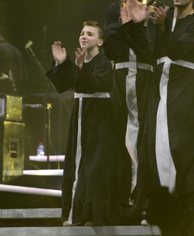Rocco, filho de Madonna, participa do show da mãe vestido de padre (Foto: Getty Images)