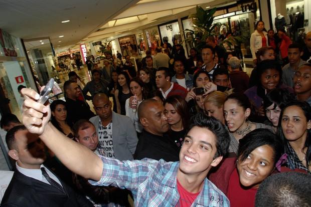 Rodrigo Simas em inauguração de loja em São Paulo (Foto: Amauri Nehn/ Ag.News)