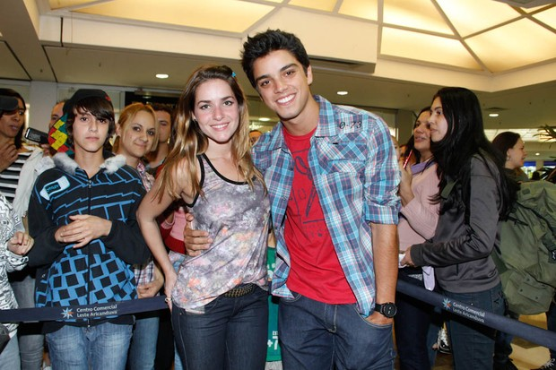 Monique Alfradique e Rodrigo Simas em inauguração de loja em São Paulo (Foto: Amauri Nehn/ Ag.News)