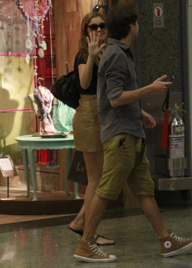 Sophie Charlotte faz compras com um amigo em shopping do Rio (Foto: Jeferson Ribeiro / AgNews)