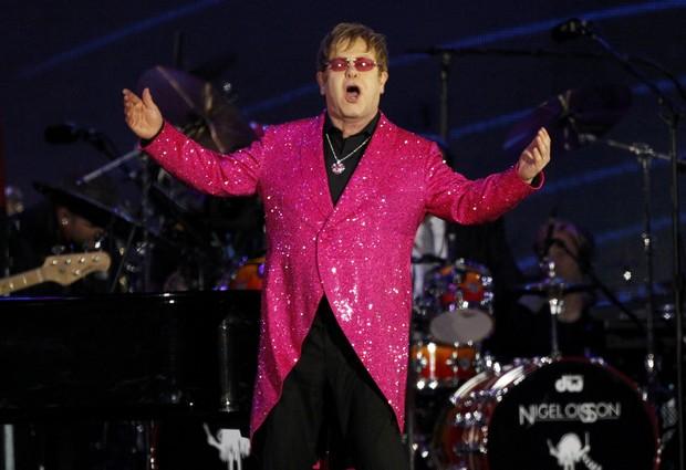 Elton John no show que festejou o Jubileu de Diamante da Rainha Elizabeth II, em Londres (Foto: Reuters)