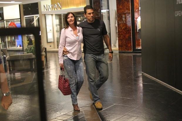 Luma de Oliveira vai ao cinema com o namorado (Foto: Daniel Delmiro / AgNews)