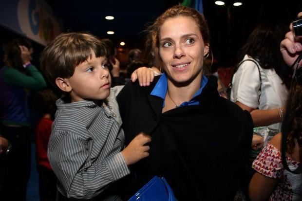 Carolina Dieckmann com o filho José em peça no Rio (Foto: Henrique Oliveira/ Foto Rio News)