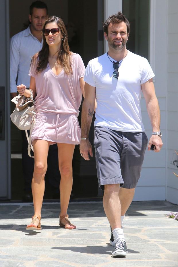 Um mês após dar à luz ao segundo filho, Alessandra Ambrósio passeia com o marido, Jamie Mazur, por Los Angeles (Foto: Grosby Group)
