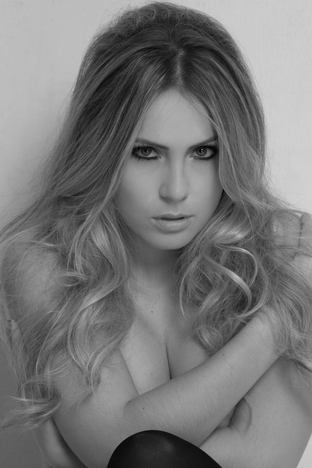 Ex-BBB Renatinha faz sessão de fotos inspirada em Brigitte Bardot (Foto: Flávio Zulu / Divulgação)