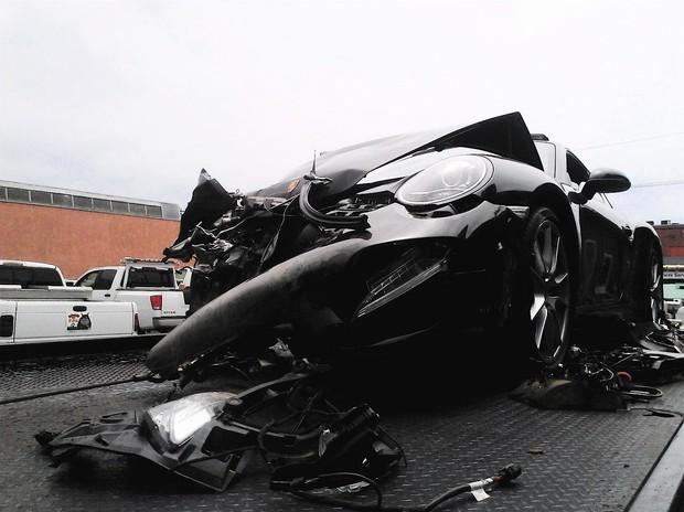 Carro de Lindsay Lohan fica completamente destruído após batida em caminhão (Foto: Agência X17)