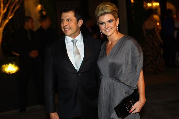 Mirella e Ceará chegam para o casamento de Dentinho e Dani Souza (Foto: Iwi Onodera/EGO)