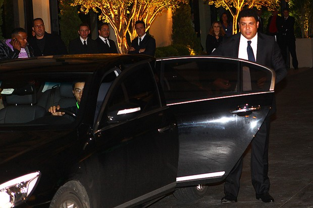 Ronaldo vai a casamento de Dentinho e Dani Souza (Foto: Iwi Onodera/EGO)