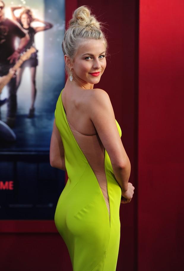 A atriz Julianne Hough  mostra detalhe de seu vestido na pré de 'Rock of Ages' em Hollywood (Foto: AFP)