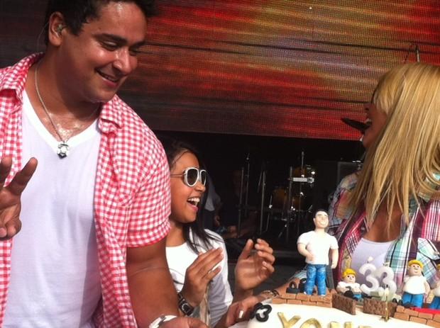 Xanddy recebe homenagem de Carla Perez no palco, durante show ma tarde deste domingo  (Foto: Divulgação)