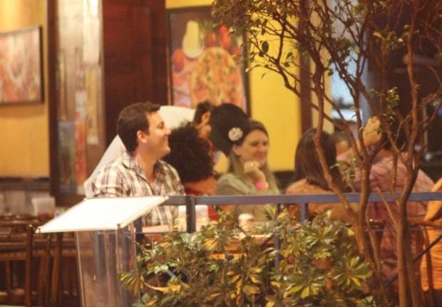 Sheron Menezzes vai com o namorado Saulo Bernard em restaurante no Rio (Foto: Fausto Candelária/ Ag. News)