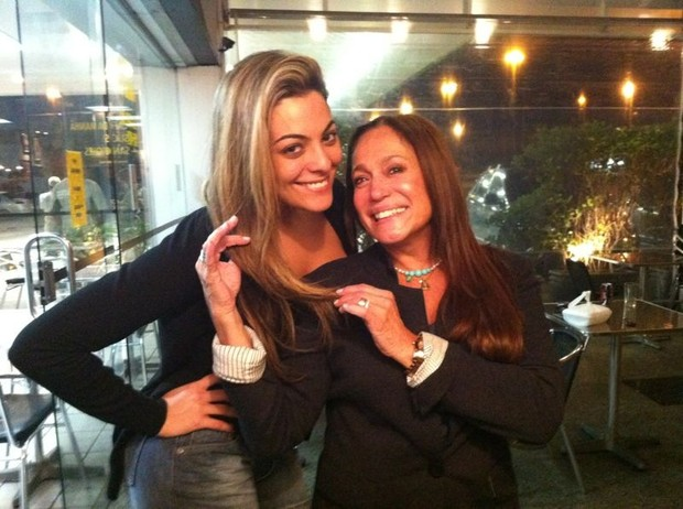Ex-BBB Monique e Susana Vieira em restaurante no Rio (Foto: Divulgação)