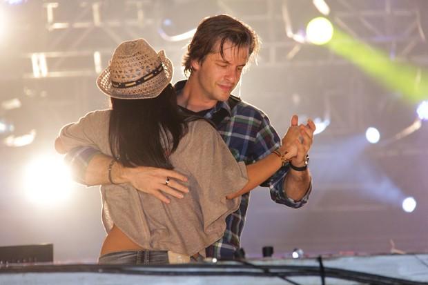 Victor dança com fã em show (Foto: Milene Cardoso/Ag. News)