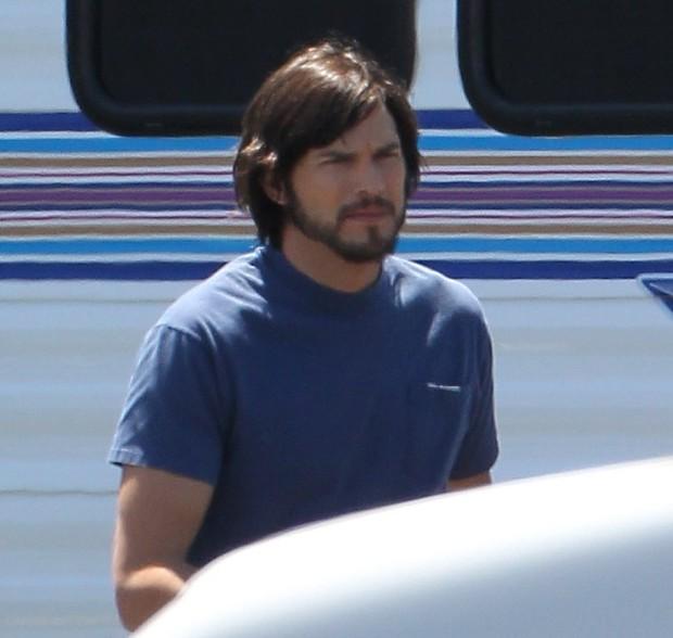 Ashton Kutcher como Steve Jobs no set do filme 'Jobs: Get Inspired' em São Francisco, nos Estados Unidos (Foto: X17/ Agência)