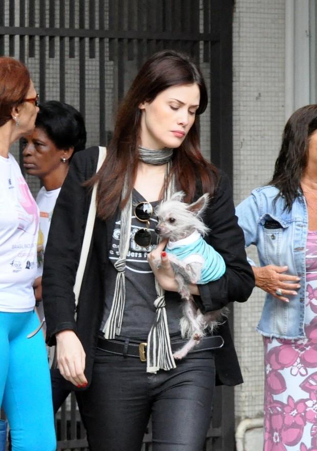 Mayana Moura e cachorro passeia no Leblon (Foto: Eli Junior / AgNews)