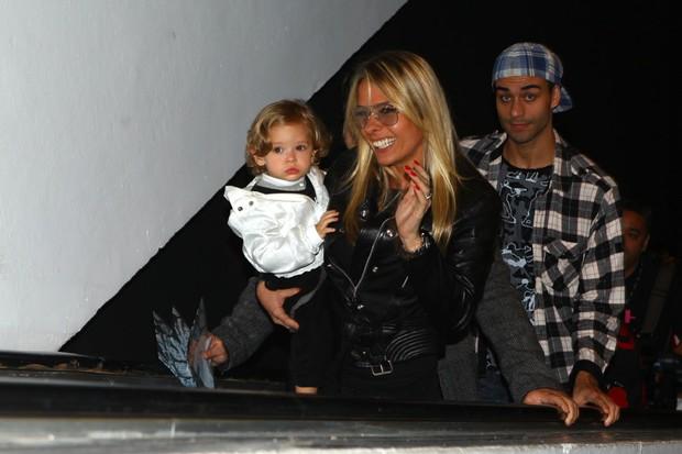Adriane Galisteu com o filho Vittório na SPFW (Foto: Iwi Onodera / EGO)