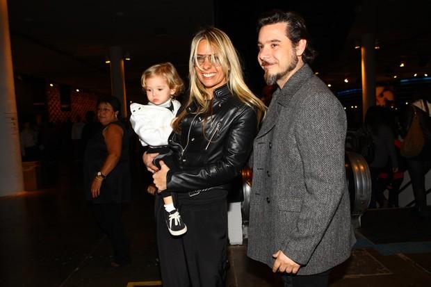 Adriane Galisteu com o marido, Alexandre Iódice, e o filho Vittório na SPFW (Foto: Iwi Onodera / EGO)