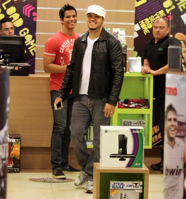 Belo em loja de videogames (Foto: Marcus Pavão/Agnews)