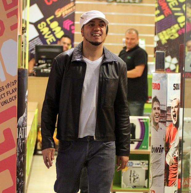 Belo em loja de vídeo games (Foto: Marcus Pavão/Agnews)