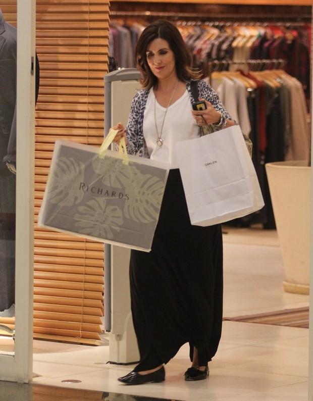 Fátima Bernardes faz compras no Rio (Foto: Marcus Pavão/Agnews)