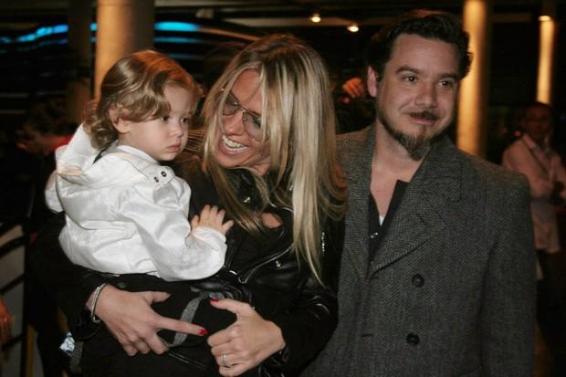 Adriane Galisteu com o marido, Alexandre Iódice, e o filho Vittório na SPFW (Foto: Celso Tavares / EGO)