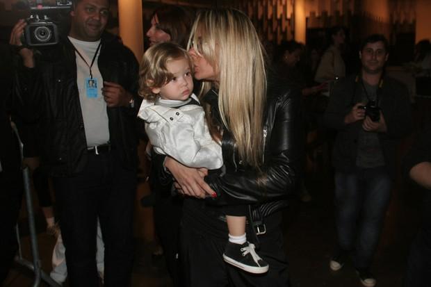 Adriane Galisteu com o filho Vittório na SPFW (Foto: Celso Tavares / EGO)